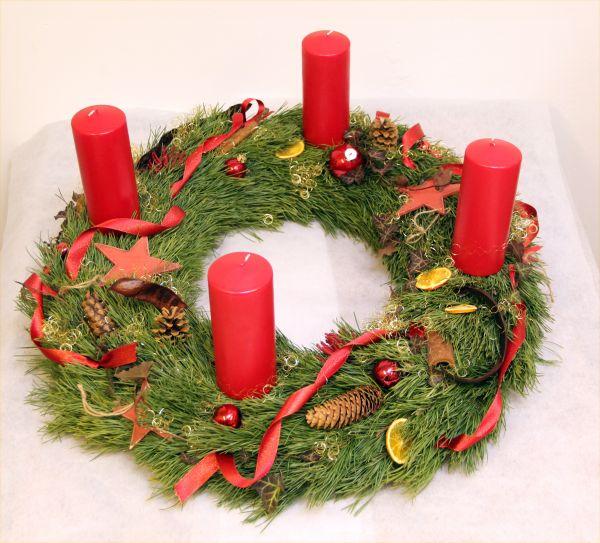 Adventskranz  mit roten Kerzen und nur aus Schwarzkiefer gebunden
