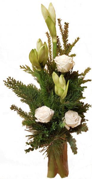 winterlicher Blumenstrauß weiße AMARYLLIS frische Tanne große ROSEN zum Advent zu Weihnachten zur Winterzeit