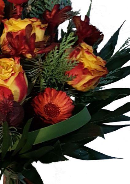 Sommerlicher bunter frischer Blumenstrauß mit u.a. Rosen, Sonnenblumen, Lilien