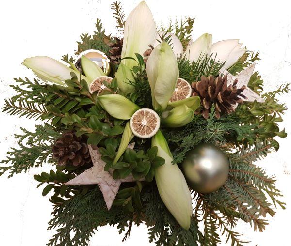 weihnachtlicher Blumenstrauß weiße Amaryllis frisches Grün Weihnachtsdeko weiß zum Advent zu Weihnachten
