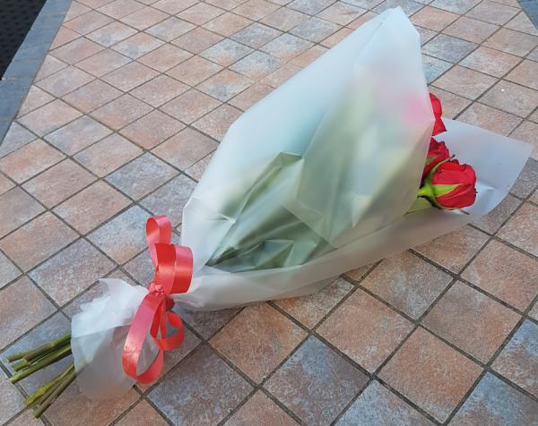 Folie als Geschenkverpackung bei Rosen