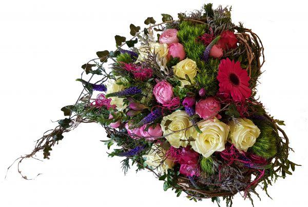 Herz mit frischen Blumen - Trauergesteck in rosa, weiß, lila