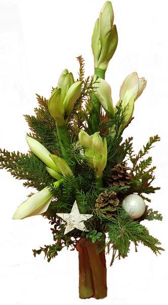 adventlicher Blumenstrauß weiße Amaryllis frische Tanne zu Weihnachten Weihnachtskugeln Deko weiß
