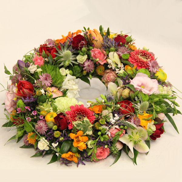 Blütenkranz mit Blütenfülle gesteckt
