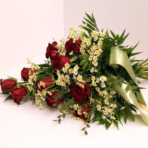 Grabstrauß zur Beerdigung mit roten Rosen