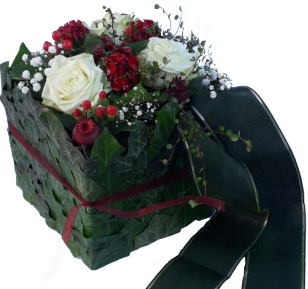 Modernes Trauergesteck mit weißen Rosen