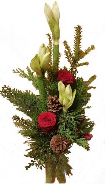 adventlicher Blumenstrauß weiße Amaryllis frisches Grün Rosen in rot zum Advent zu Weihnachten
