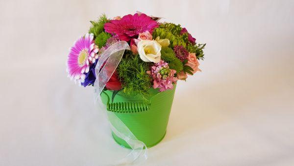 Blumengesteck im Metalleimer jetzt bestellen bei www.flora-trans.de