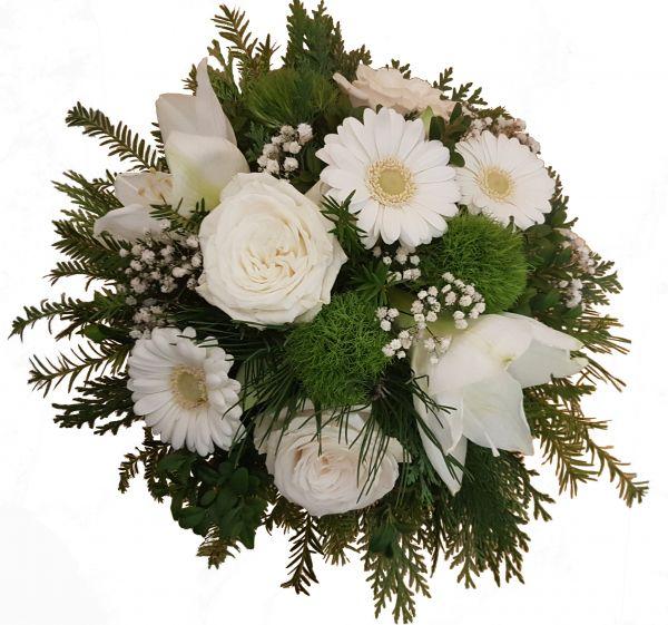 winterlicher Blumenstrauß weiße Amaryllis, Rosen, Germinis frisches Grün zum Advent zu Weihnachten