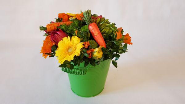 Frisches Blumengesteck im Metalleimer jetzt bestellen bei www.flora-trans.de