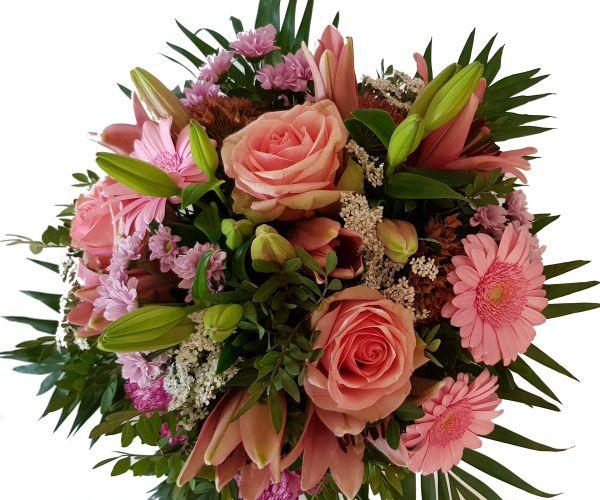 ,,Blumensinfonie,, ist ein frischer Blumenstrauß in rosa mit weißen Akzenten