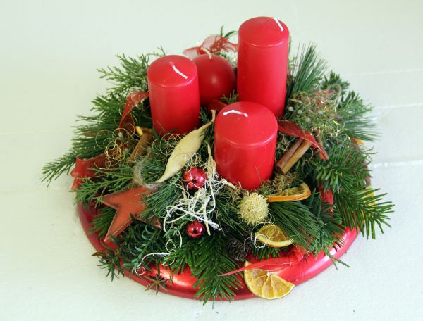 Modernes Adventsgesteck  in rot