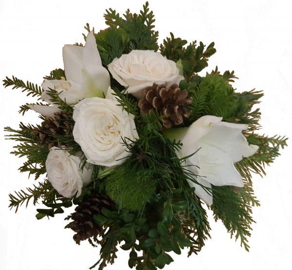 winterlicher Blumenstrauß weiße Amaryllis, Rosen, Zapfen frisches Grün zum Advent zu Weihnachten
