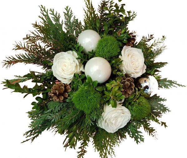 Adventsstraußmit frischem Grün großköpfigen Rosen Weihnachtkugeln als Weihnachtsdeko