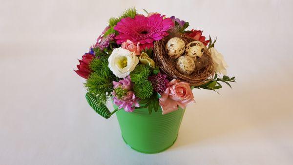 """""""Modern flowery"""" frisches Blumengesteck - moderne Variation in Pink Grün mit Vogelnest"""