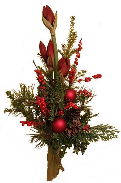 adventlicher Blumenstrauß rote Amaryllis frische Tanne zu Weihnachten Weihnachtskugeln Deko rot