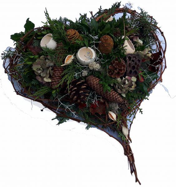 Trauergesteck Grabgesteck Friedhof Winter besondere Form Herz mit frischen Grün