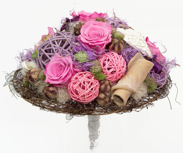 Trockenstrauß mit Naturmaterialien in rosa