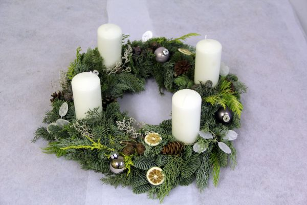Adventskranz Weiß und winterlich