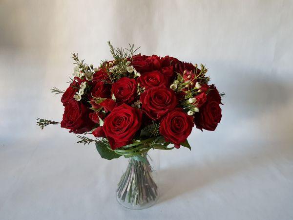 Roter Rosenstrauß  gemischt mit Großen und Keinen roten Rosen