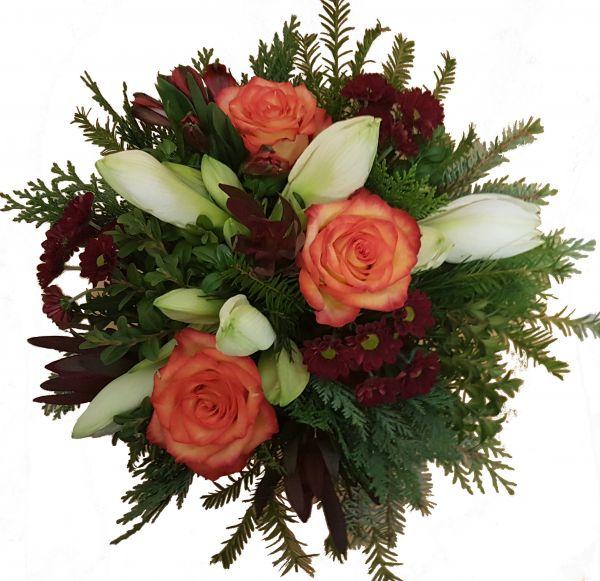 adventlicher Blumenstrauß weiße Amaryllis frisches Grün Rosen in orange zum Advent zu Weihnachten