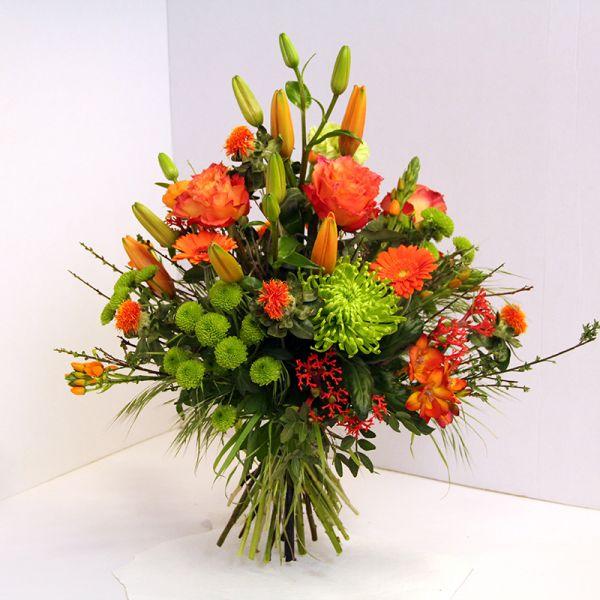 Dekorativer Blumenstrauß in orange