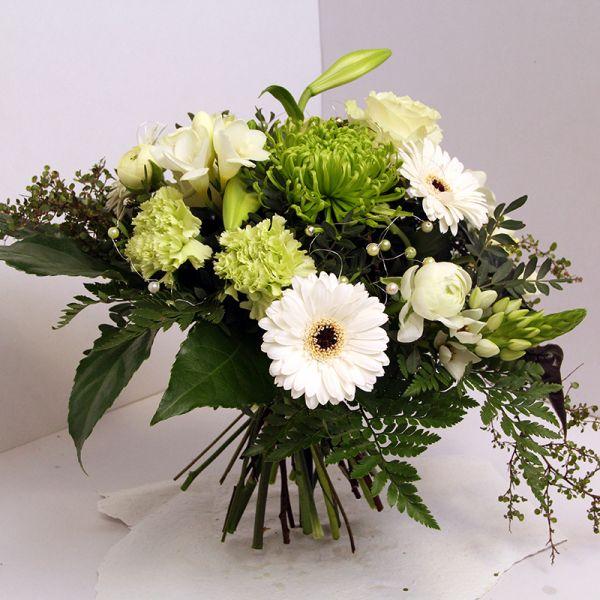 Kurzer Strauß in Weiß mit Perlen, Blumenlieferung von www. flora-trans.de