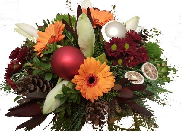 adventlicher Blumenstrauß weiße Amaryllis frisches Grün Germinis in orange zum Advent Weihnachtsdeko