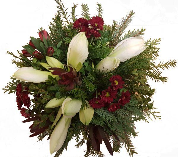 winterlicher Blumenstrauß weiße Amaryllis frisches Grün weitere Blumen der Saison in rot weiß Advent