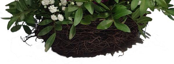 Sommerlicher natürlicher roter Blumenstrauß mit u.a.Rosen