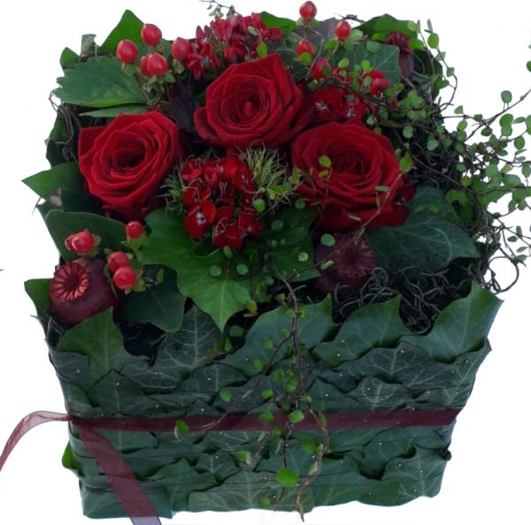 Modernes Trauergesteck mit roten Rosen