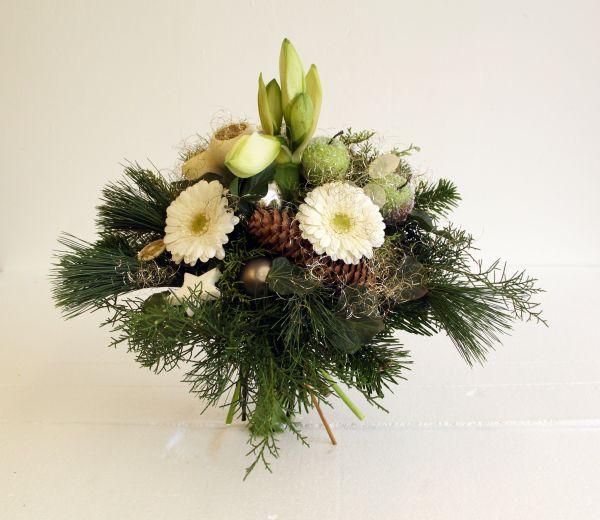 Adventsstrauß mit einer Weißen Amarylles und weißen Geberas,