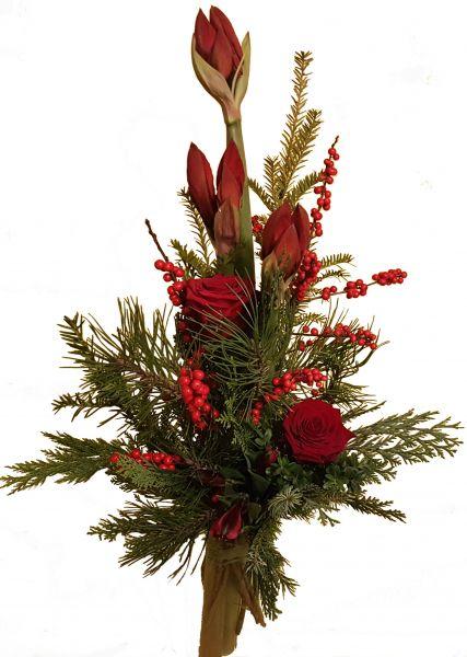 adventlicher Blumenstrauß roteAmaryllis frisches Grün Rosen in rot zum Advent zu Weihnachten
