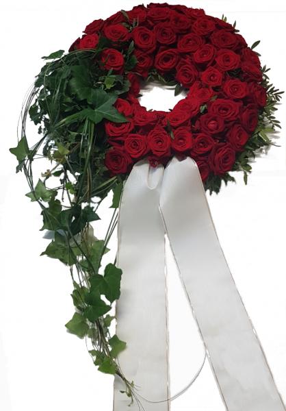 Trauerkranz Bestattung mit frischen roten Rosen