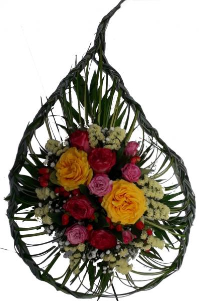 Grabgesteck zur Urnenbeisetzung mit frischen Rosen