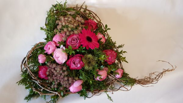 frisches Grabgesteck Deutschlandweite Lieferung - Trauergesteck Herz - rosa