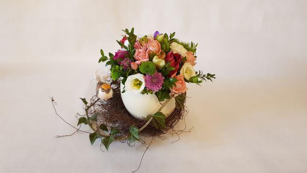 Blumengesteck Frühlingsnest/ Osternest - Frühlingsblumen im Straußenei und Dekovogel