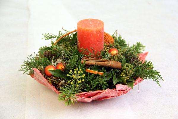 Adventsgesteck in Orange mit einem Handgearbeiteten Wachsgefäß