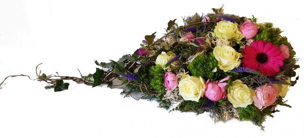 Blumen Beisetzung bestellen - Grabgesteck in rosa mit natürlichen Elementen ,,Ein Teil von UNS,,