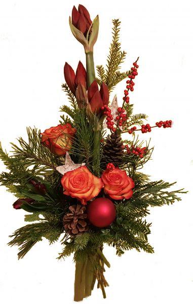 adventlicher Blumenstrauß rote Amaryllis orangenen Rosen frische Tanne zu Weihnachten Weihnachtskugeln Deko rot