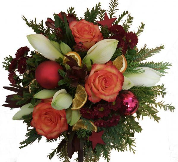 adventlicher Blumenstrauß weiße Amaryllis frisches Grün Rosen in orange zum Advent Weihnachtsdeko