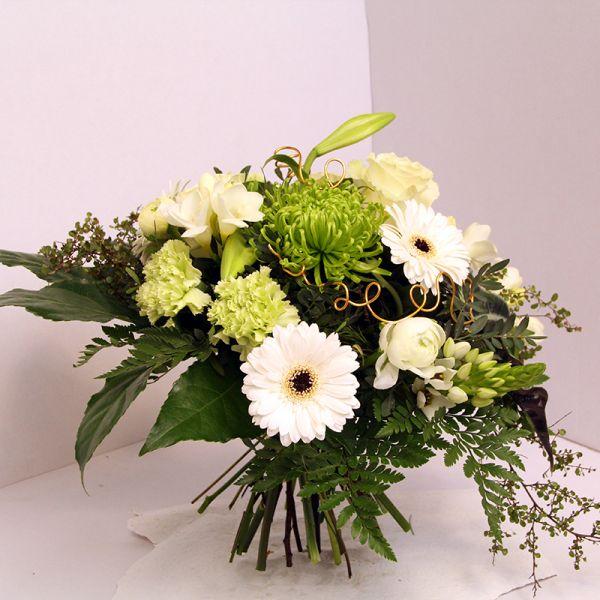 frischer Blumenstrauß in weiß grün z.b. zur Hochzeit oder zum  Hochzeitstag