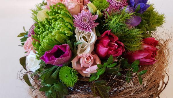 """Blumengesteck """"Frühlingsglück"""" - Gesteck mit frischen Blumen zu Ostern / Frühling kaufen"""