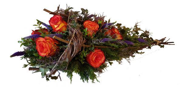 blumiges Grabgesteck mit Rosen in orange