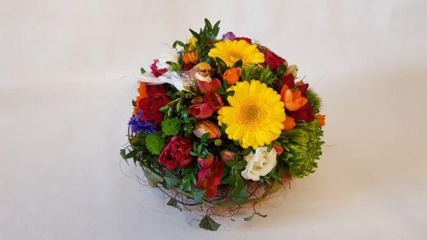Sommerliches Blumengesteck jetzt bei www.flora-trans.de bestellen