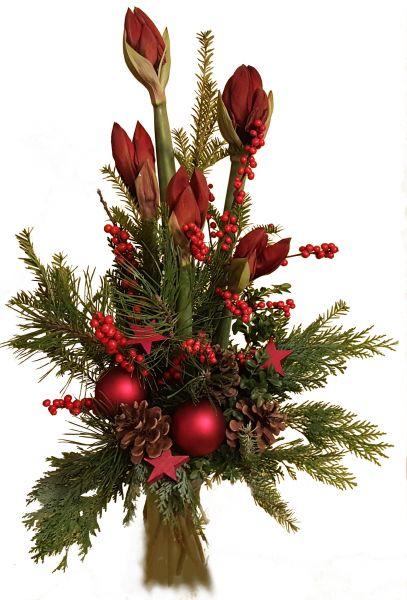 adventlicher Blumenstrauß rote Amaryllis frische Tannet zu Weihnachten Weihnachtskugeln Deko rot