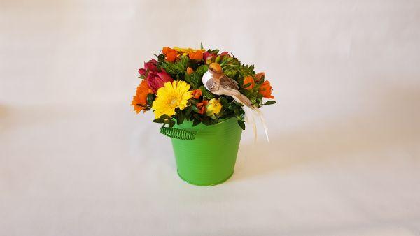 Frische Blumen im Metalleimer zum Geburtstag verschenken, jetzt bestellen bei www.flora-trans.de